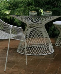 With interweaving lines and hollow spaces, this wire club chair is a piece of art.