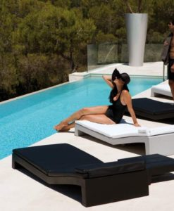 Jut is a chaise lounger modern. The innovative and recyclable material is deal with the maximum market requirements to guarantee a long-life use.